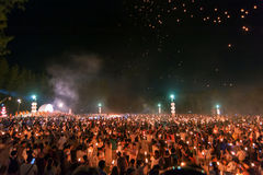Ludzie uwolnienia Khom Loi niebo lampiony podczas Yi Peng lub Loi Krathong festiwalu obrazy royalty free