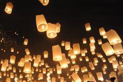 Ludzie uwolnienia Khom Loi niebo lampiony podczas Yi Peng lub Loi Krathong festiwalu fotografia stock