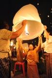 Ludzie uwolnienia Khom Loi niebo lampiony podczas Yi Peng lub Loi Krathong festiwalu zdjęcie stock