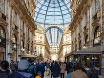 Ludzie wśrodku Galleria Vittorio Emanuele II zdjęcia royalty free