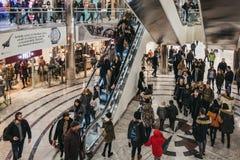 Ludzie wśrodku Jeden Kanada kwadrata centrum handlowego w Canary Wharf, Londyn, UK zdjęcia stock