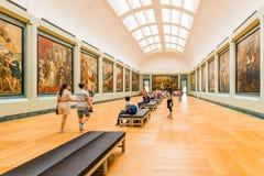 Ludzie wśrodku louvre muzeum obraz royalty free