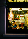 Ludzie wśrodku restauracyjnego mieć zabawy narządzanie dla partyjnego Christma Obrazy Royalty Free