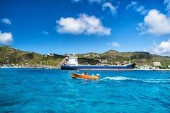 Ludzie w łodzi, duży ładunku statek, Francuska wyspa, świętego Barthï ¿ ½ lemy Obraz Royalty Free