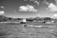 Ludzie w łodzi, duży ładunku statek, Francuska wyspa, świętego BarthÐ ¹ lemy Obrazy Stock