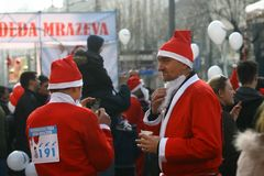 Ludzie w Święty Mikołaj kostiumach brali udział w rasie Obraz Royalty Free