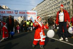 Ludzie w Święty Mikołaj kostiumach brali udział w rasie Obrazy Royalty Free