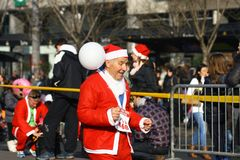 Ludzie w Święty Mikołaj kostiumach brali udział w rasie Obraz Stock