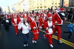 Ludzie w Święty Mikołaj kostiumach brali udział w rasie Fotografia Stock