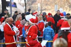Ludzie w Święty Mikołaj kostiumach brali udział w rasie Zdjęcia Stock