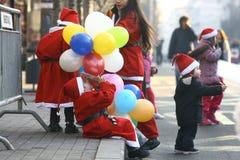 Ludzie w Święty Mikołaj kostiumach brali udział w rasie Zdjęcie Stock