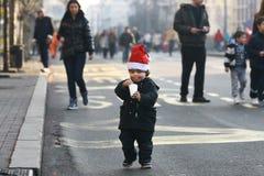 Ludzie w Święty Mikołaj kostiumach brali udział w rasie Obrazy Stock
