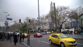 Ludzie w bardzo popularnym Besiktas okręgu w Istanbuł i wokoło zbiory wideo