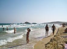 Ludzie w bielu wyrzucać na brzeg z błękitnym krystalicznym morzem w lecie przy Chi Obraz Royalty Free