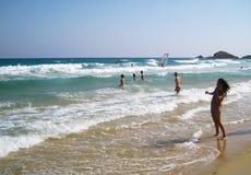 Ludzie w bielu wyrzucać na brzeg z błękitnym krystalicznym morzem w lecie przy Chi Fotografia Stock