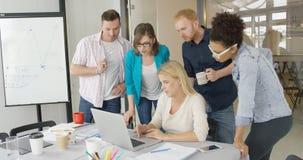 Ludzie w biurowym dopatrywanie laptopie zdjęcie royalty free