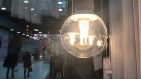 Ludzie w centrum handlowym przez lampy zbiory