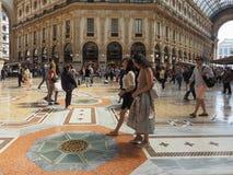 Ludzie w centrum miasta w Mediolan Zdjęcia Stock
