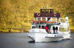 Ludzie w cyraneczka statku przy Jeziornym Gromadzkim parkiem narodowym, UK Obraz Royalty Free