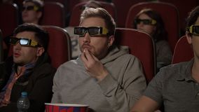Ludzie w 3d szkłach przy kinem Mężczyzna w 3d szkłach je wystrzał kukurudzy zbiory wideo