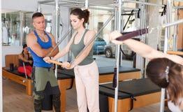 Ludzie w gym z nowożytnym sprawności fizycznej wyposażeniem Zdjęcie Stock