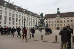 Ludzie w Hofburg pałac w Wiedeń Zdjęcie Stock