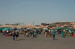Ludzie w Jemaa el, główny plac Marrakech, Maroko Zdjęcie Stock