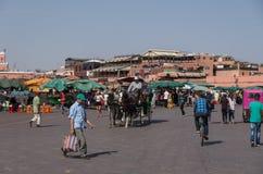 Ludzie w Jemaa el, główny plac Marrakech, Maroko Fotografia Stock