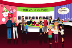 Ludzie w jogurtu lody sklepie Obrazy Stock