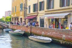 Ludzie w kawiarni blisko kanału w Wenecja Zdjęcie Stock