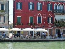Ludzie w kawiarni blisko kanału w Wenecja Obraz Stock