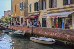Ludzie w kawiarni blisko kanału w Wenecja Obrazy Stock