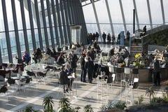 Ludzie w kawiarni Walkie Talkie budynek na 20 Fenchurch ulicie Obraz Royalty Free