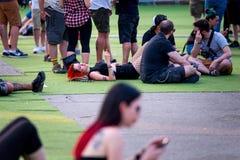 Ludzie w koncercie przy ściąganie ciężkiego metalu festiwalem muzyki obrazy stock