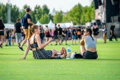 Ludzie w koncercie przy ściąganie ciężkiego metalu festiwalem muzyki fotografia stock