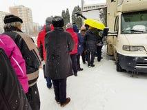 Ludzie w linii przed ręcznie robiony mięsnymi produktami mobilni dystrybutory samochodowi przy wintertime fotografia royalty free