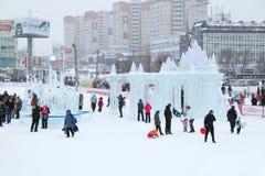 Ludzie w Lodowym miasteczku przy śnieżnym dniem Obraz Royalty Free