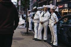 Ludzie w marynarce wojennej mundurują na ulicie w Nowy Jork na Memorial Day, obraz stock