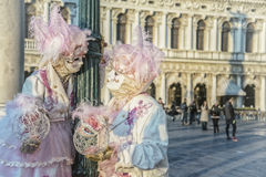 Ludzie w maskach i kostiumy na Weneckim Wenecja 06 02 2016 Obrazy Royalty Free