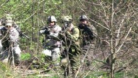 Ludzie w mundurze na tle militarny granata ręcznego wybuch w lesie zdjęcie wideo
