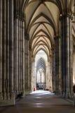 Ludzie w nave Kolońska katedra Obrazy Stock