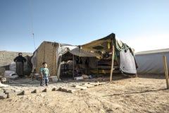 Ludzie w nieoficjalnym obozie uchodźców zdjęcie stock