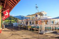 Ludzie w łodzi na Jeziornej lucernie Zdjęcia Royalty Free