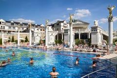 Ludzie w pływackim basenie przy zdroju Aphrodite - Rajecke Teplice, Slov Zdjęcia Stock