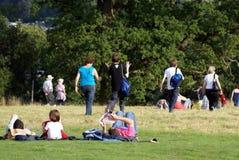 Ludzie w polu lub parku obraz stock