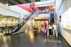 Ludzie w ruchu w eskalatorach przy nowożytnym zakupy centrum handlowym Obraz Stock