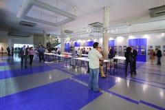 Ludzie w sala przy Międzynarodową wystawą architektura ŁĘKOWATY MOSKWA i projekt Zdjęcia Royalty Free