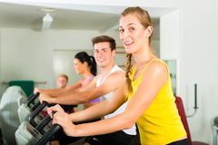 Ludzie w sporta gym na sprawności fizycznej maszynie Obraz Stock