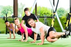 Ludzie w sporta gym na zawieszenie trenerze zdjęcia stock