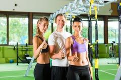 Ludzie w sporta gym na zawieszenie trenerze zdjęcie stock